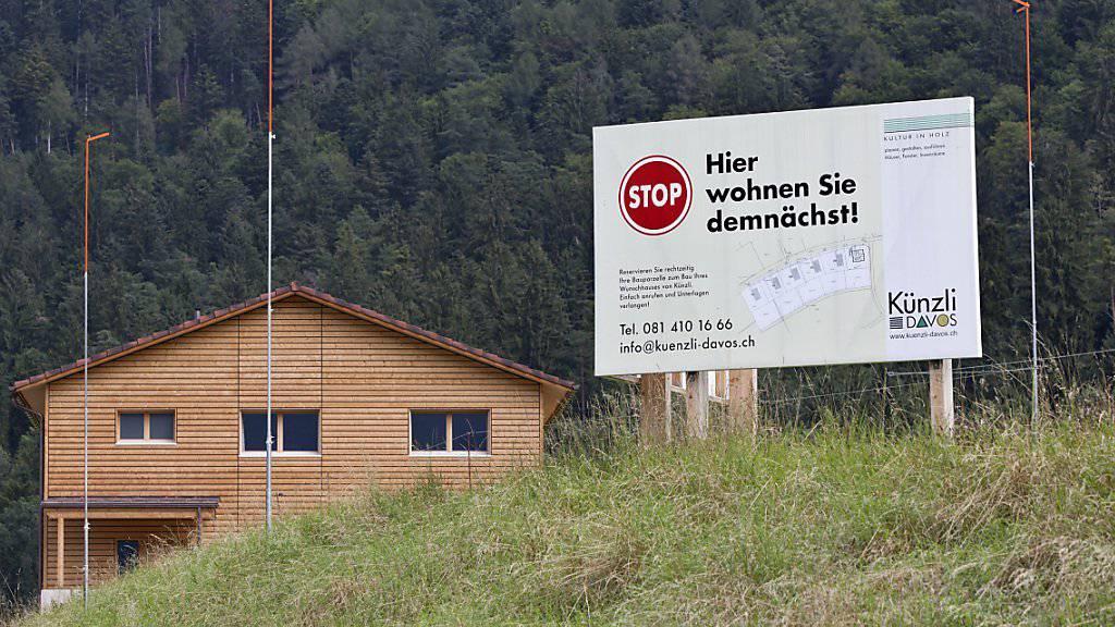 Abseits der Zentren steigen die Preise für Wohneigentum überdurchschnittlich stark. Im Bild ein Projekt für eine Einfamilienhaus-Überbauung im Churer Rheintal im Sommer 2012.