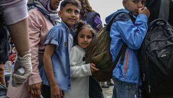 Anstehen für den Transport aufs griechische Festland: Migrantenfamilie aus dem überfüllten Lager von Moria auf der Insel Lesbos.