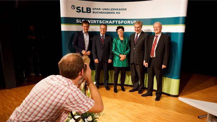 Erfolgreiche Crew der Bucheggberger Hausbank mit Thomas Vogt (2. v. l.) und Verwaltungsratspräsident Theodor F. Kocher (rechts), hier beim ersten Wirtschaftsforum mit Sascha Ruefer (links), Regierungsrätin Esther Gassler und Redner Klaus W. Wellershoff.