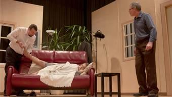 Da hilft auch kein Kitzeln am Fuss: Frieda will einfach nicht mehr aufwachen – Heiri und sein alter Freund Tschoni wissen keinen Rat mehr.
