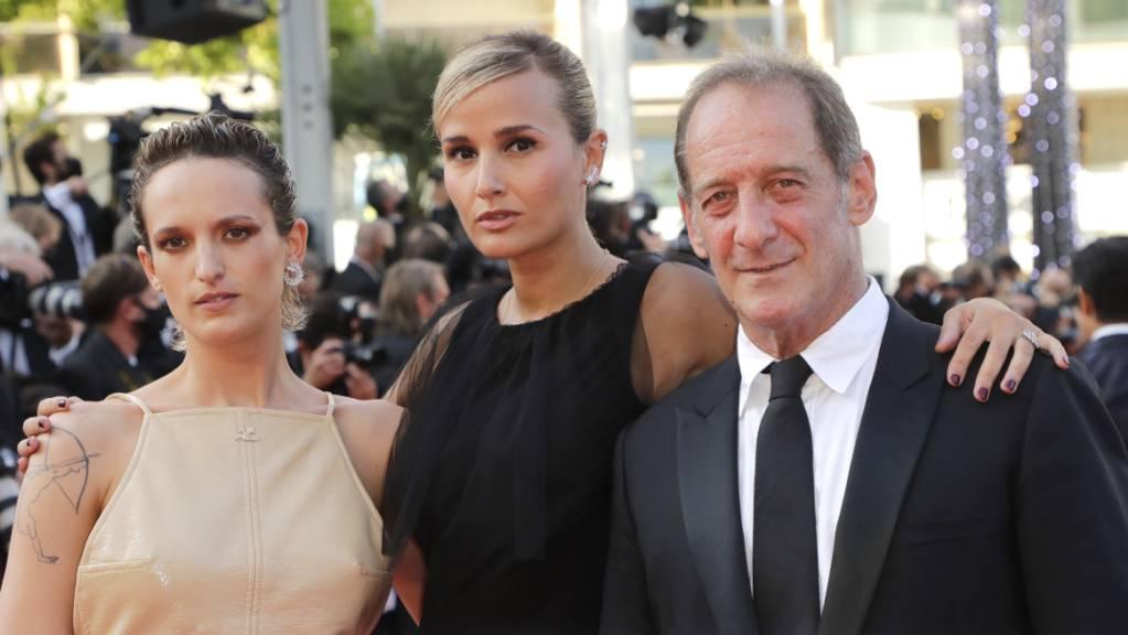 Agathe Rousselle (l-r), Regisseurin Julia Ducournau und Vincent Lindon am Abend in Cannes. Foto: Vianney Le Caer/Invision/AP/dpa
