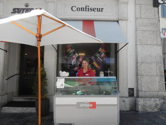 Hier verkauft Jessica Brim von der Suteria Speise-Eis in allen Geschmacksrichtungen.