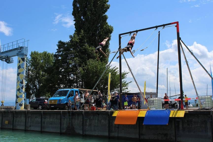Schwingen an den Ringen und direkt ab zum Schwimmen. Das Thurgauer Kantonalturnfest in Romanshorn. (Bild: PD)