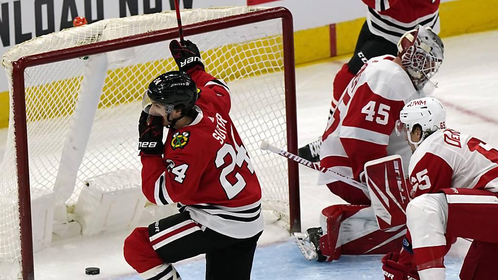 Pius Suter (Nummer 24) bejubelt sein zweites von drei Toren für die Chicago Blackhawks beim 6:2-Sieg über Detroit. Suter traf erstmals in der NHL.