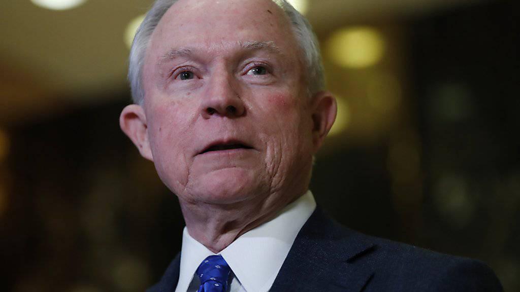 Der erzkonservative Senator Jeff Sessions aus Alabama soll US-Justizminister werden. Der 69-Jährige hat sich in der Vergangenheit für eine Verringerung der Staatsausgaben, für eine harte Gangart bei der Verbrechensbekämpfung und gegen die irreguläre Einwanderung eingesetzt.