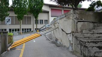 Diese private Stützmauer in der Unteren Haldenstrasse droht einzustürzen. Fabio Vonarburg