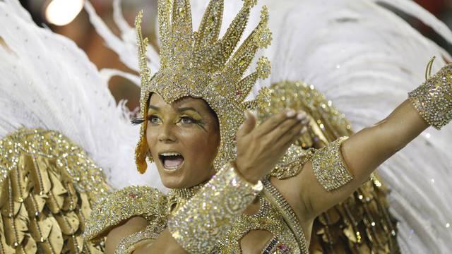 Eine Samba-Queen zeigt ihr Können in Rio de Janeiro