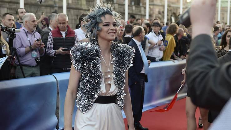 Ohne Extravaganz geht am Eurovision Song Contest nichts: Die Schweizer Kandidatin Rykka schreitet über den roten Teppich in Stockholm, um an der Eröffnungszeremonie des Wettbewerbs teilzunehmen.