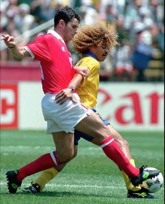 Ciriaco Sforza im Duell mit Carlos Valderrama: Kolumbien gewinnt den Match 2:0, die Schweiz hatte die Achtelfinalqualifikation aber bereits auf sicher.