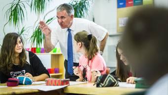 Regierungsrat Alex Hürzeler im Gespräch mit Lenzburger Oberstufenschülerinnen im Schulhaus Lenzhard.