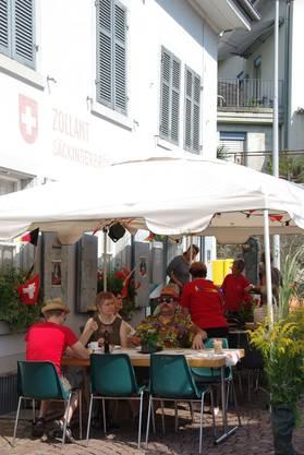 Der Frauenturnverein servierte vor dem alten Zollhaus Kaffee und Kuchen