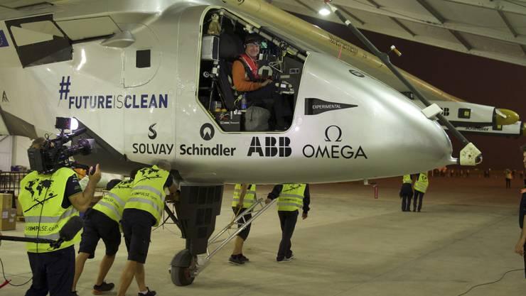 Die Solar Impulse vor Abflug im Hangar (Archiv).