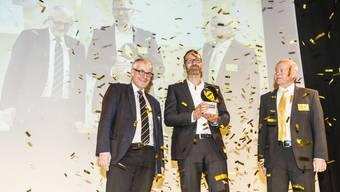 Preisträger Bernhard Mollet, Kaffeerösterei Oetterli & Co. AG, flankiert von RES-Verwaltungsratspräsident Kurt Fluri (l.) und RES-Direktor Felix Strässle (r.)