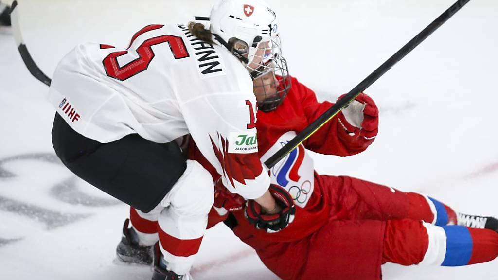 Die Schweizer Matchwinnerin Laura Zimmermann teilt gegen die Russin Liana Ganejewa aus.