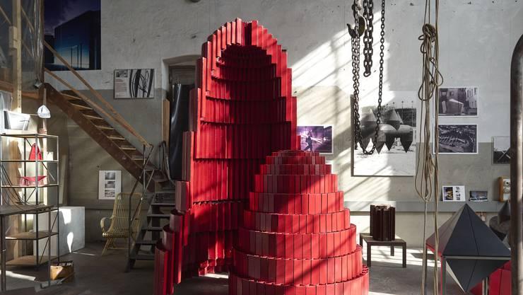 Der Uterus Altar hat einen prominenten Platz: Das Werk steht inmitten des Ateliers auf dem Schlieremer Gaswerk Areals.