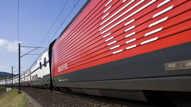Ein InterCity-Doppelstockzug mit einer Re 460-Lokomotive und IC-2000-Doppelstockwagen der SBB (Symbolbild, Archiv)