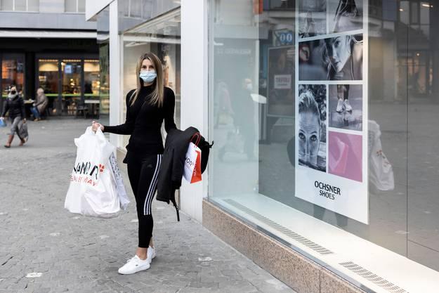 Erfolgreiche Schnäppchenjägerin: Daniela Koss zeigt ihre Einkäufe.