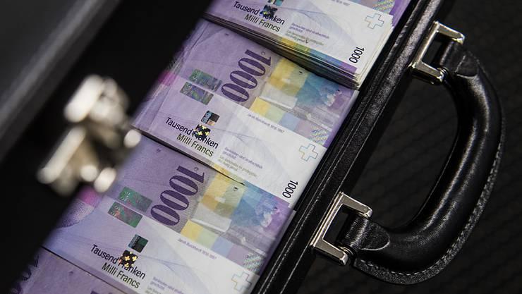 In einem der jüngsten Betrugsfälle übergab eine Frau einem falschen «Kriminalbeamten» rund 50'000 Franken. (Archivbild)