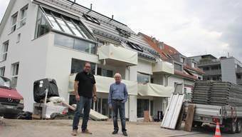 Solarstrom, E-Fahrzeug und vernetzte Technik: Reto Wyss (links) sowie Bauherr und Architekt Peter Christen stehen vor dem Mehrfamilienhaus der Zukunft an der Dorfstrasse 78 in Geroldswil.