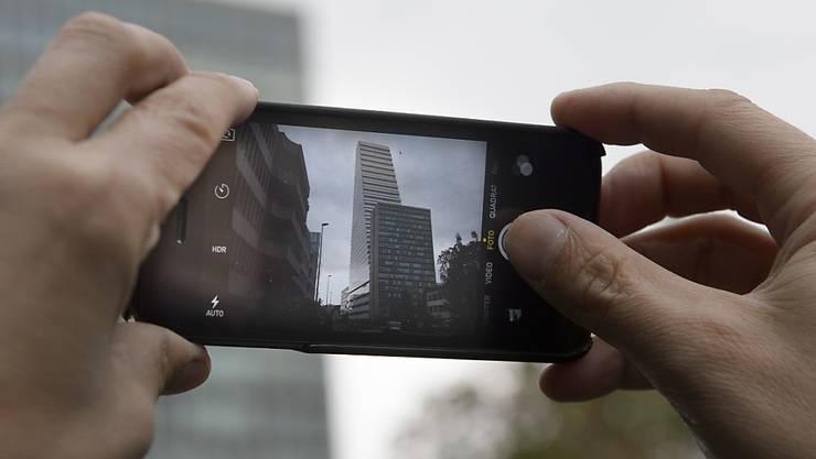 Der Roche-Turm zählt in Basel bereits zu den meistfotografierten Objekten Jetzt ist das mit 178 Meter höchste Gebäude der Schweiz auch für die Öffentlichkeit zugänglich - dies zumindest samstags für jeweils maximal 200 Personen.