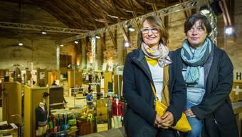 Die beiden Macherinnen der Messe, Brigitte Hürzeler und Maja Baumann (rechts), sind mit der Alten Reithalle als Ausstellungsort mehr als zufrieden.