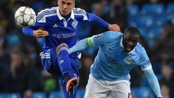 Manchester Citys Yaya Toure (rechts) zieht gegen Chatscheridi den Kürzeren