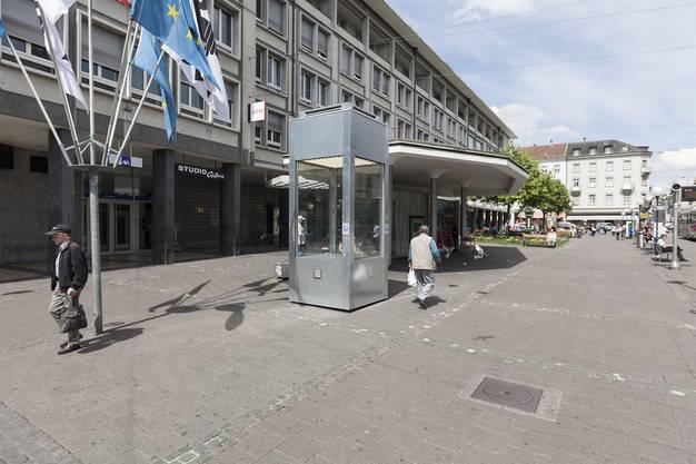 Da war sie noch leer, die Kiste am Claraplatz Basel. Aber nicht mehr lange. Heute ab 15 Uhr hiess es: Sesam, öffne dich!