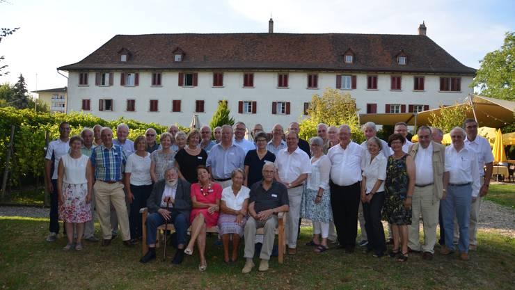 Die freisinnigen alt Kantonsräte posieren vor dem wunderbaren Kloster Dornach.