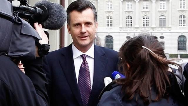 Der zurückgetretene SNB-Präsident Philipp Hildebrand (im Bild) erhält Rückendeckung von Bundesrat Johann Schneider-Ammann (Archiv)