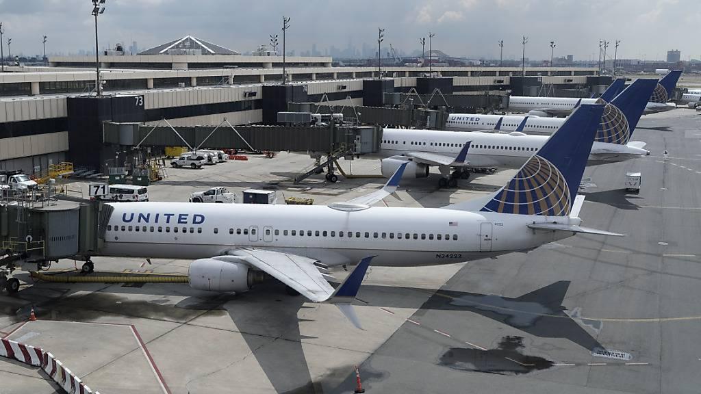 Aufgrund der Coronavirus-Pandemie hat die amerikanische Fluggesellschaft United Airlines einen Mega-Verlust erlitten. (Archivbild)