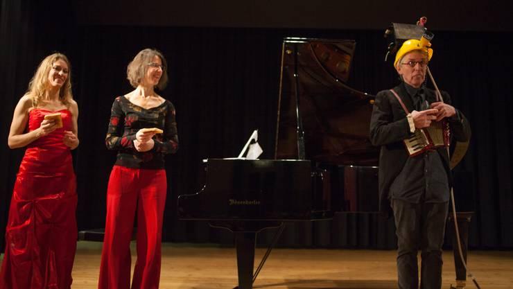 Theatermann Mark Wetter verabschiedete sich. Sängerin Andrea Hofstetter (l.) und Pianistin Masha Wälti-Mihic, die den Neujahrs-Apéro musikalisch begleitet haben, applaudieren ihm.