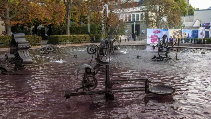 Aktivistinnen haben in der Nacht auf Donnerstag den Tinguely-Brunnen pink eingefärbt.