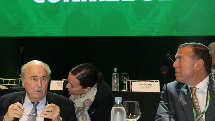 Gelder aus der Schweiz zurückerhalten: Die südamerikanischen Fussballkonföderation Conmebol. Links im Bild von 2015 der ehemalige Fifa-Präsident Sepp Blatter. (Archivbild)