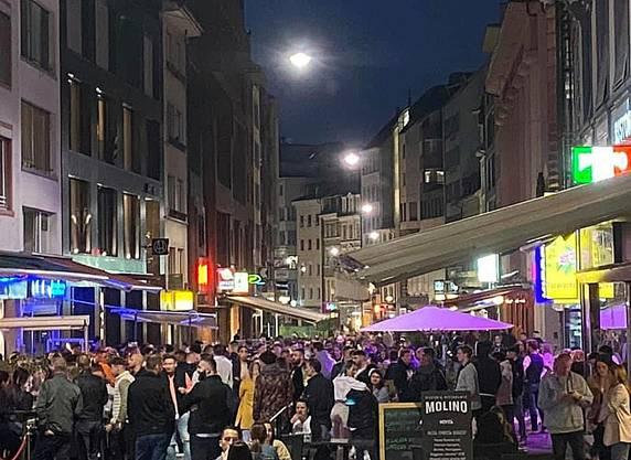 In der Steinenvorstadt in Basel sind am Samstagabend zahlIn der Steinenvorstadt in Basel waren am letzten Samstagabend zahlreiche Menschen unterwegsreiche Menschen unterwegs