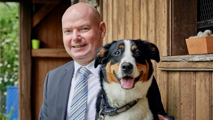 Nationalratskandidat Bruno Rudolf mit Hund Aimy im Garten. Colin Frei