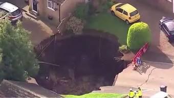 Zehn Meter tief ist das Loch und hat einen Durchmesser von 20 Metern.