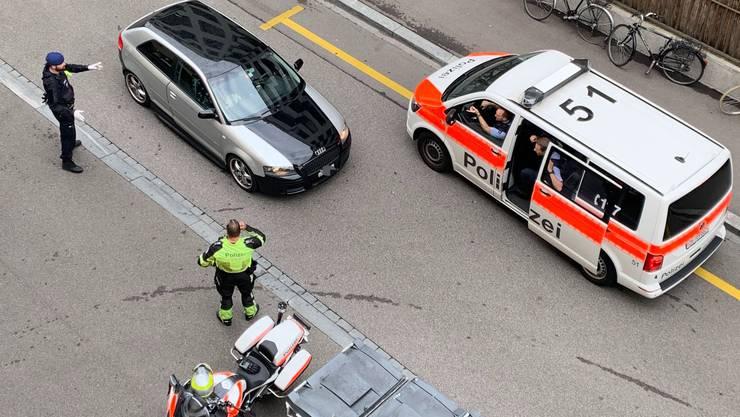 Die Polizei kontrolliert einen Autofahrer in der Stadt Zürich.