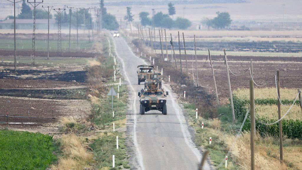 Türkische Panzer patrouillieren nahe der Stadt Kilis, die ander Grenze zu Syrien liegt. Dort sind erneut Raketen eingeschlagen. (Archiv)