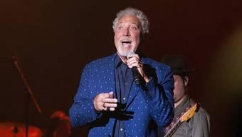 Fans sind in Sorge: Der britische Sänger Tom Jones hat auf ärztlichen Rat hin seine USA-Tournee abgesagt. (Archivbild)