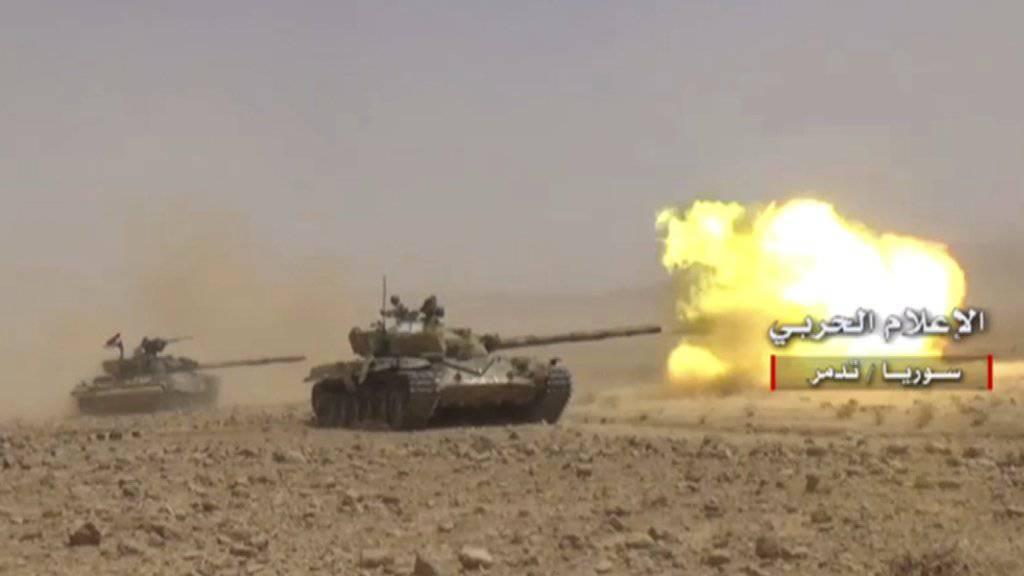 Panzer der syrischen Regierungseinheiten in der Provinz Homs (Archiv)