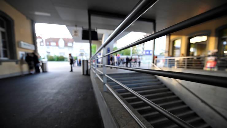 Die Fans stiegen nach einer Station wieder aus dem Zug aus, und sorgten für Aufsehen  in der Öffentlichkeit. (Symbolbild)