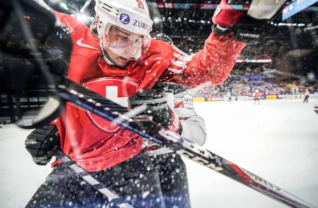 «Direkt an der Bande braucht es viel Zeit, bis ein tolles Bild entsteht. Wenn es dann aber klappt, ist das Ergebnis umso schöner, weil eine Aufnahme entsteht, die den Eindruck erweckt, dass man als Zuschauer mittendrin ist und nicht nur dabei. Es ist eine Aufgabe des professionellen Sportfotografen, das Gefühl der Nähe an die Leserinnen und Leser zu übertragen. Wie hier bei Kevin Fiala im WM-Halbfinal gegen Kanada in Kopenhagen.»
