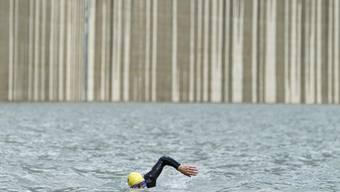 Der Schwimmer Ernst Bromeis im Stausee Albigna im Bergell (Archiv)