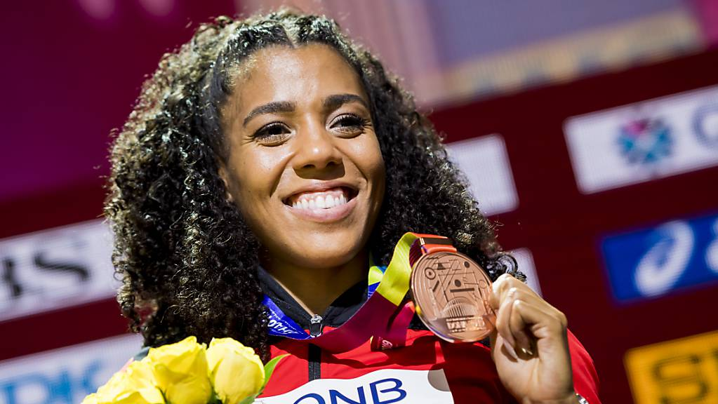 Mujinga Kambundji zeigt strahlend ihre Bronzemedaille.