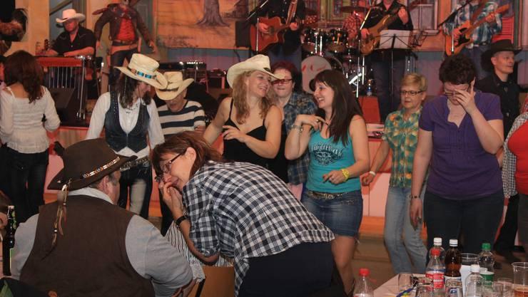 Tanzen und reden zu Countrymusic