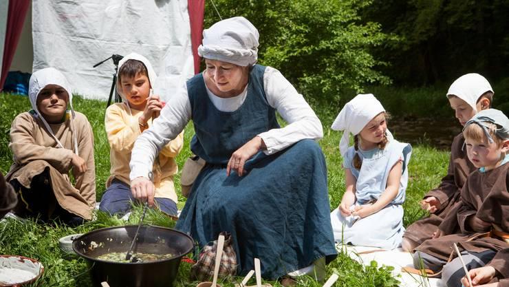 Am Feuer kochte Silvia Aeschimann eine Gemüsesuppe.