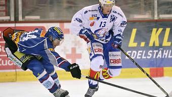 Lion Mikko Lehtonen (r.) zieht an Gegenspieler Eric Beaudoin vorbei