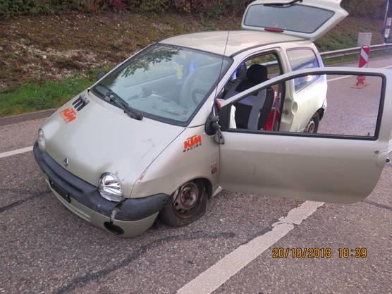 Ein 58-jähriger Autofahrer verursachte am Samstagabend in alkoholisiertem Zustand in der Auffahrt auf die kantonale Autobahn A18 Richtung Basel einen Selbstunfall. Das Auto kollidierte dabei mit einem Baustellen-Leitbaken. Der Autolenker wurde dabei verletzt.