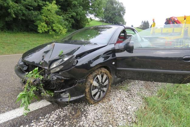 Auf der Staffeleggstrecke kam eine Automobilistin von der Strasse ab. Unterhalb eines Feldes prallte der Wagen dann gegen eine Baum.