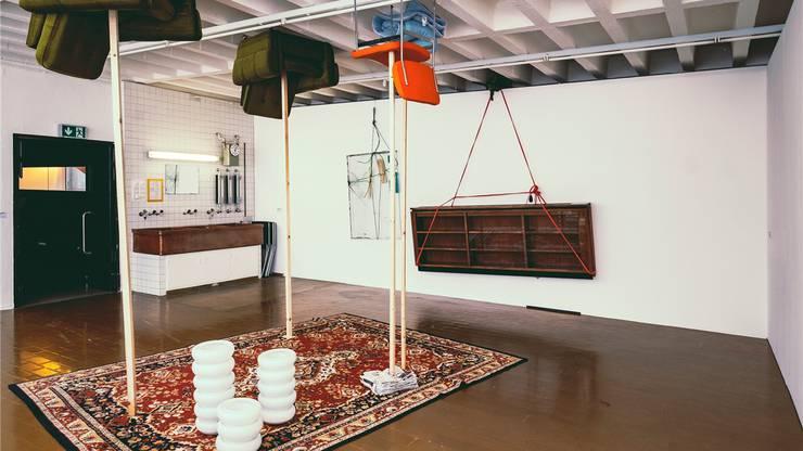 Kunstraum Baden: «Air Strike» (Luftangriff) nennt Eric Hattan seine verwirrende Installation mit Möbeln. Rolf Bismarck